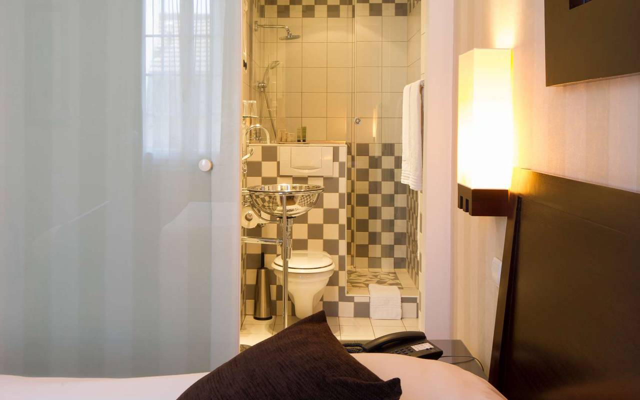 Room and bathroom Hotel Dijon Chapeau Rouge