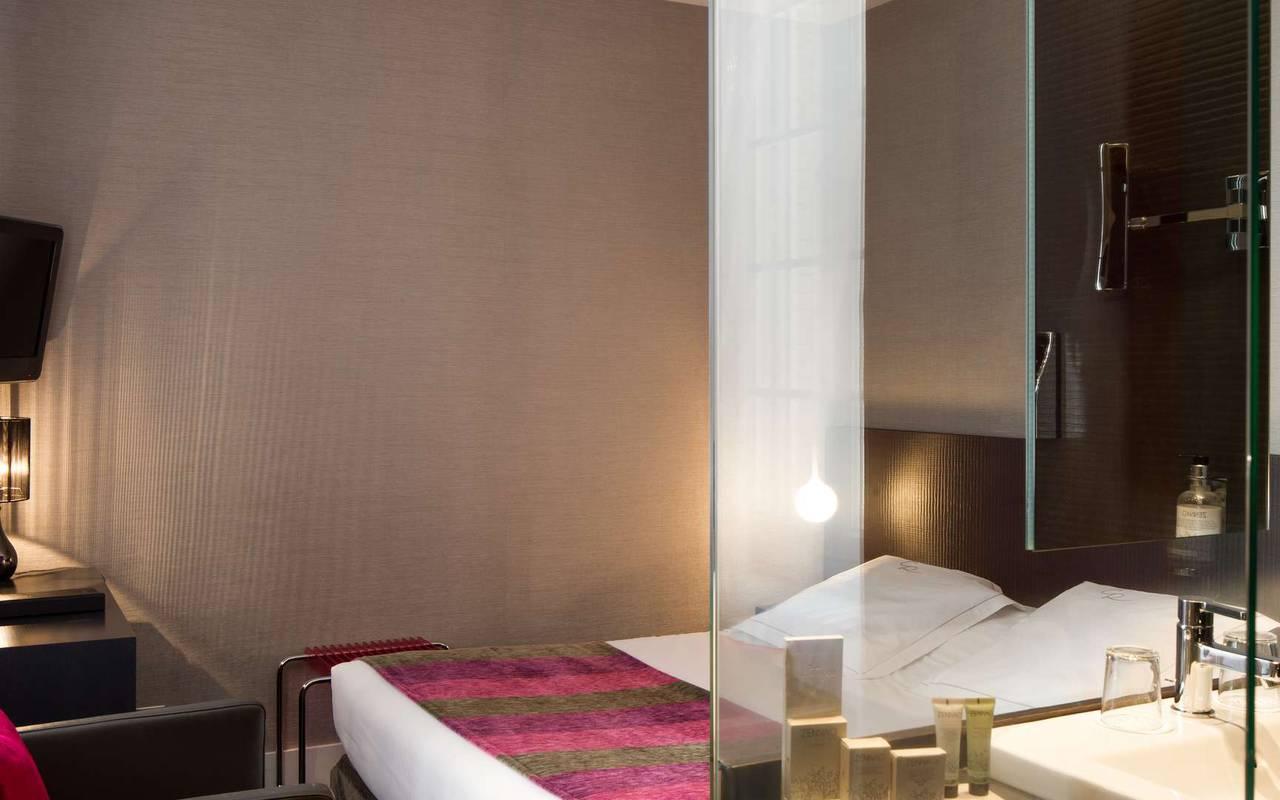 Modern room 4-star hotel Chapeau Rouge