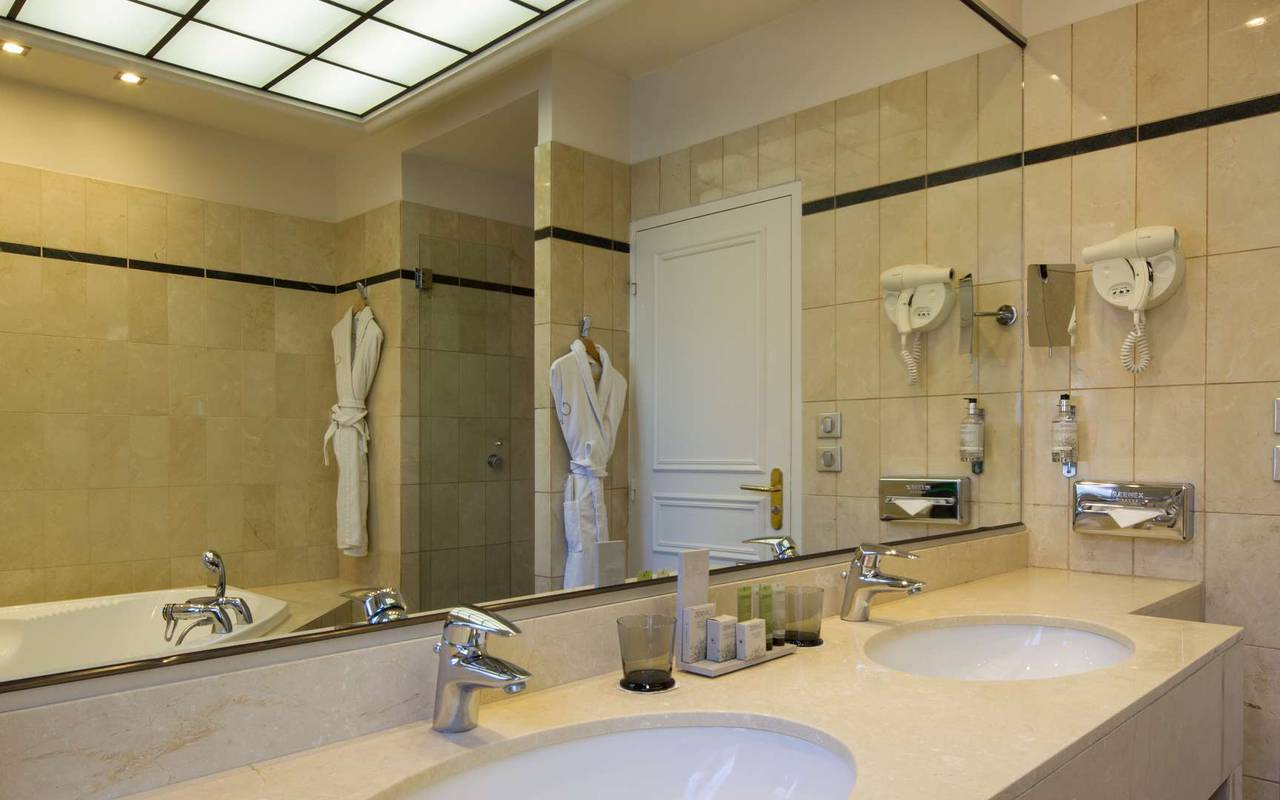 Spacious bathroom Hotel Burgundy
