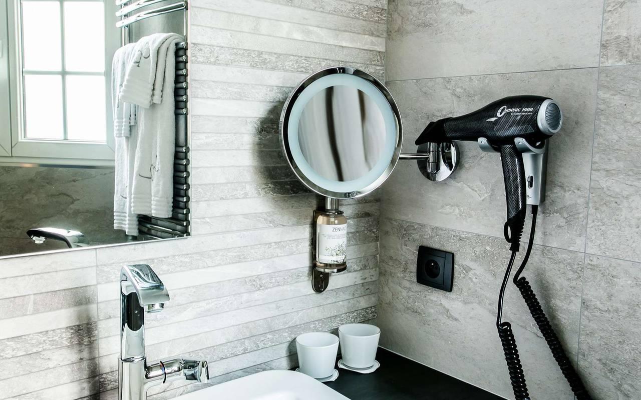 Salle de bain avec sèche-cheveux hôtel 4 étoiles Dijon