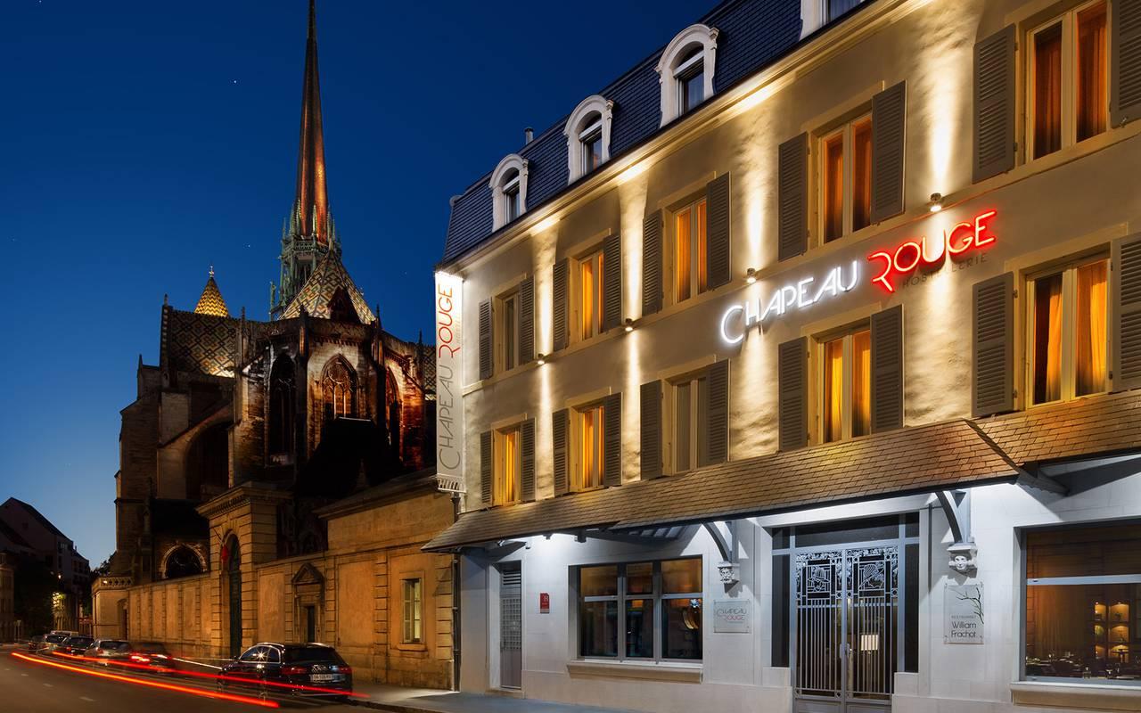 Façade hôtel 4 étoiles Dijon Chapeau Rouge