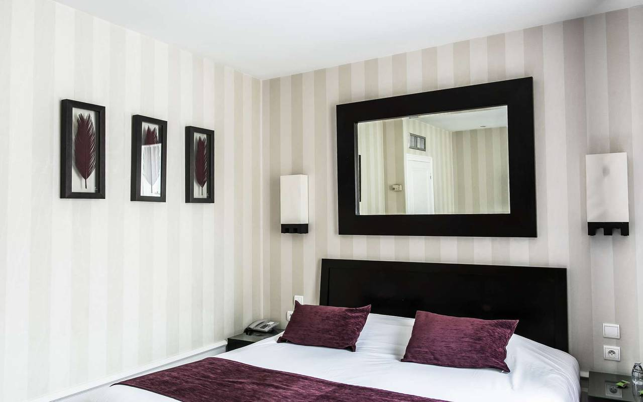 Chambre parentale hôtel de charme Bourgogne Chapeau Rouge