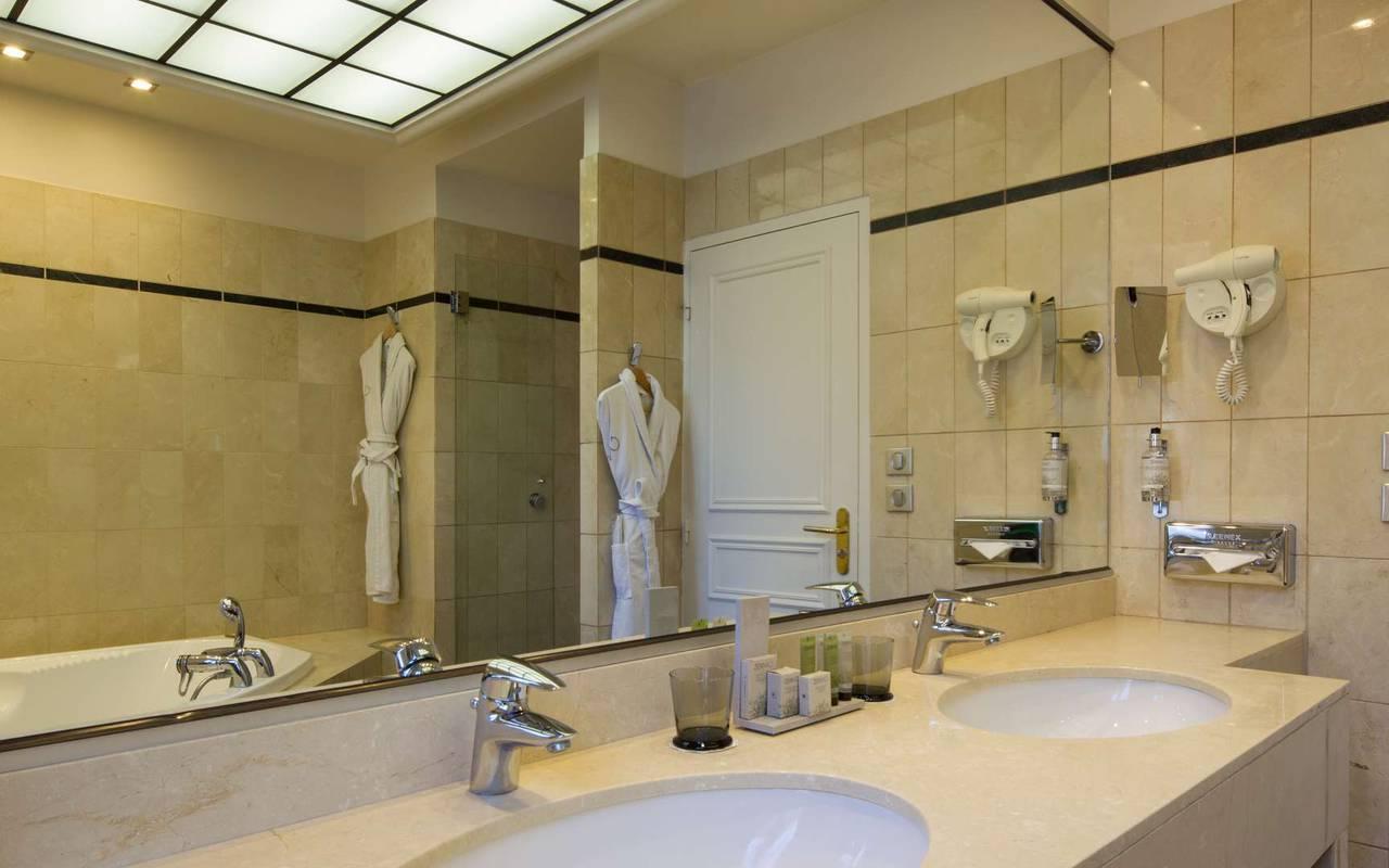 Salle de bain spacieuse Hôtel Bourgogne