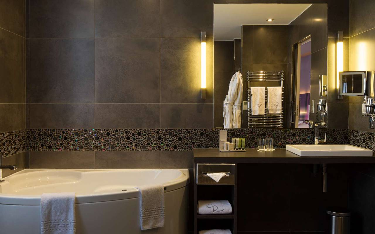 Salle de bain lumineuse hôtel spa Dijon Chapeau Rouge