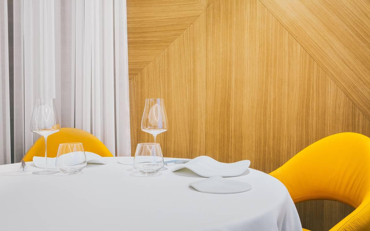 Chaise jaune Hotel de charme Dijon